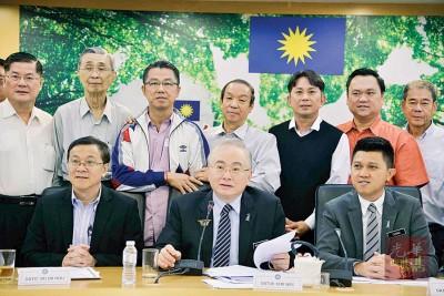 魏家祥宣布10所新华小和6所搬迁华小详情。左起为何国忠与张盛闻。