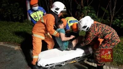 消拯人员救出其中1名受伤受困在车内的独中生。