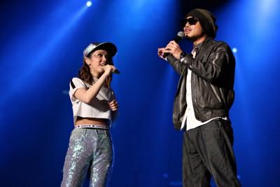邓紫棋与黄明志合唱《漂向北方》,让现场歌迷听得过瘾。