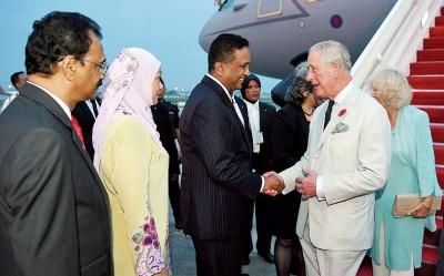 王储伉俪下机后,获我国副外长理查马力肯(左3)亲自迎接。