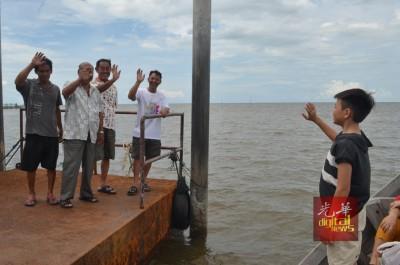 林昇泰(右2)等到码头送别萧顺洋(右1)。