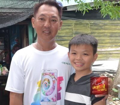 萧顺洋与干爹林昇泰合影告别。