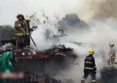 同部运输约4500起快递的巨型拖车在高速公路上起火。希冀为消防员到场奋力扑火。