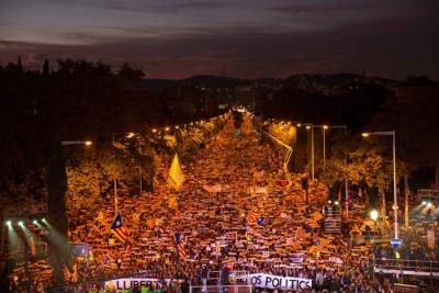 巴塞罗那万人空巷,呼吁中央政府放人。