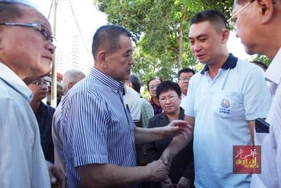 陈德钦(左)移交抚恤金后慰问林瑞木。