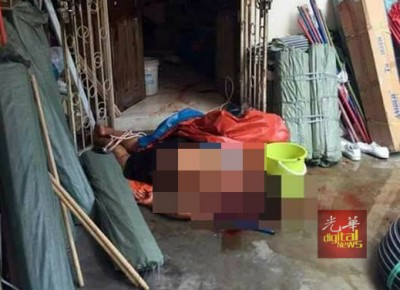 父亲遇害后卧毙在门口处。(网络图片)