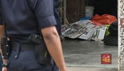 其中一名死者的遗体被报纸遮盖。