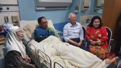 纳吉与罗斯玛(左3起)探望安华,表达慰问。左为旺阿兹莎。(图取自纳吉脸书)