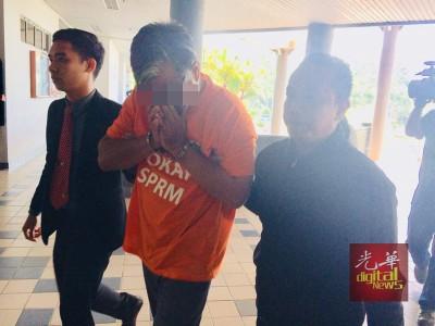 涉嫌与项目经理串通滥用254万令吉肥料的稻农,周三被带上法庭申请延扣令。