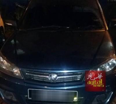 警方在行动中找到一辆相信是匪徒乘坐的轿车。