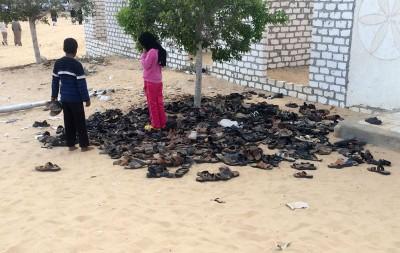 清真寺外遗下大量鞋子。(法新社照片)