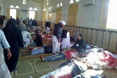 清真寺内停放多具尸体。(法新社照片)