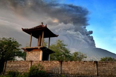 火山于日间喷出烟雾。(法新社照片)