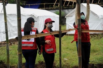 火山附近居民戴上口罩准备应对紧急情况。(法新社照片)