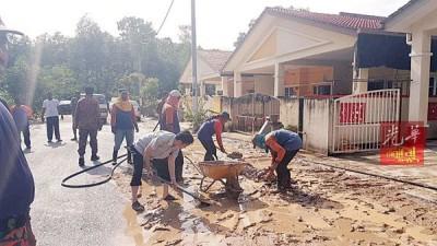 居民清理屋前厚厚的泥浆。