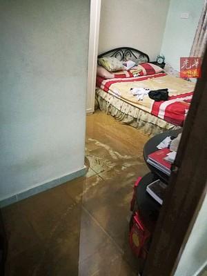 大雨将泥浆冲入屋内及睡房。