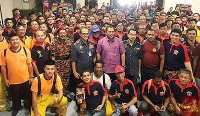 旺莫哈末诺一行人与各义消队在会上大合照。
