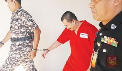 被告嘉尔法哈林闻讯后,被警员押出法庭。