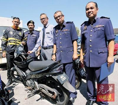 莫哈最后查华威(左3)以及多官员展示最高价成交的摩托车。