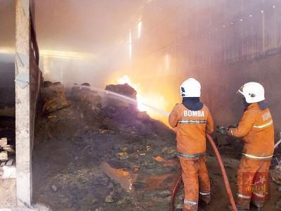 安全村该工厂,消防人员以消灭火势。