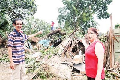 屋主夫妇陈锦瑞与林丽来分别在旁协助及观察员工们的工程。