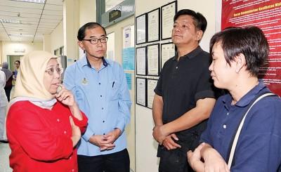 罗斯娜(左起)与 马汉顺在加护病房向家属了解伤者的最新情况。
