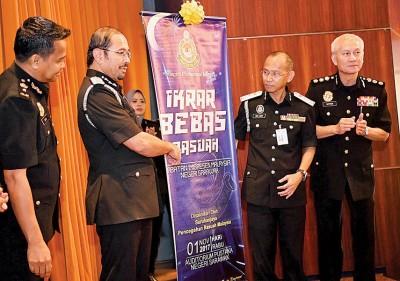 慕斯达法阿里(左2)为砂拉越州移民局的反贪宣言主持宣誓仪式,右2为砂移民局局长肯立本。