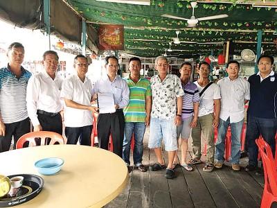拿督吴清良移交武吉淡汶海上养殖暴风灾损失报告书,刘子健接领。