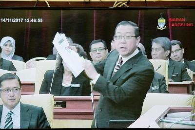 林冠英出示《马来西亚前锋报》报道要求查哈拉著证据。