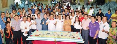 阿末峇沙为大马华裔妇女创业转型基金说明会主持切蛋糕礼仪,前排左二由呢孙嬡嫤、黄启栋、陈瑞法、林顺平、(右起)上姵文、韦国华、陈勇桦、张日洲、林再存同谢顺海。