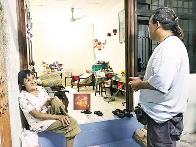 谈到家园被淹没,彭月蓉虽然眼眶泛红,但是坚持保持笑容面对,右为吴吉坤。