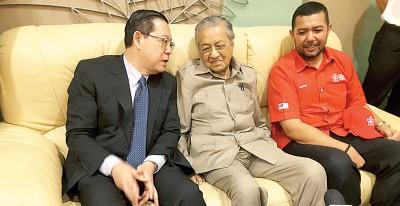 马哈迪(中)与林冠英(左)在机场会面后,向媒体发表谈话。