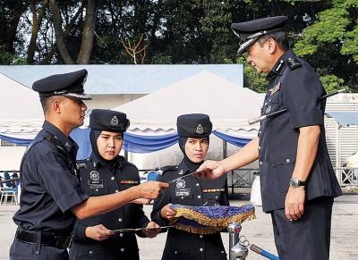马兹兰(右一)在雪州警方常月集会上,颁发奖状给立功的警员。