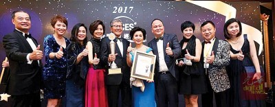 汇华集团董事及嘉宾在峰会颁奖典礼上,与许廷忠(左5)一同分享得奖喜悦。