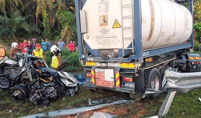 轿车被罗撞猛撞得毁不转移。