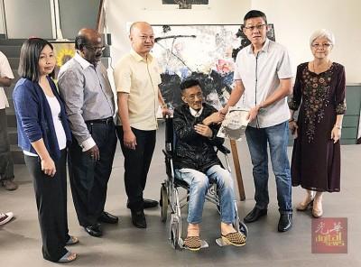 翰翚感谢认购他最爱画作的黄英福(右2),黄美娇(左起)、拿督斯里RA、蔡瑞豪及章瑛(右)陪同。