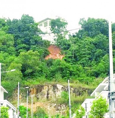 社交媒体一度流传武吉丁雅区达纳安曼花园高架蓄水槽发生土崩图片。