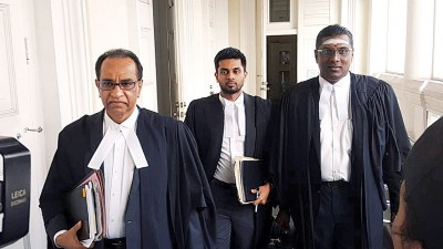 辩论方代表律师雷尔和期待旦巴兰步出法庭。