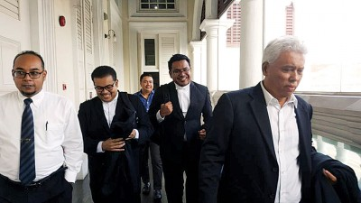 控方由拉锡乌达(右一)和等人口表示出庭闻讯。