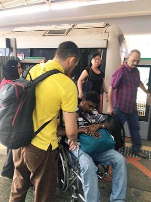 目击者王先生离开车厢时,在月台看到有一名印籍男乘客坐在轮椅上,相信伤势较为严重。