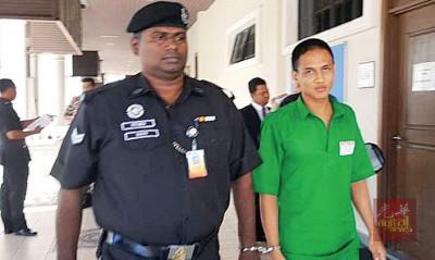 身穿青色囚衣被告达米兹亚古闻讯后,被警员押出法庭。