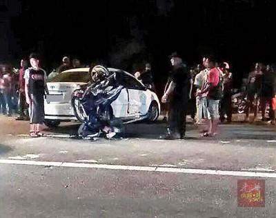 摩托车煞车不及撞向汽车右边车门,肇成骑士断魂乘客重伤。
