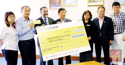 罗兴强(左2)在曹观友(中)见证下,移交300万令吉支票予州财政司拿督莎鲁巴希雅(右3),左起林慧英、佳日星、林峰成和王耶宗。