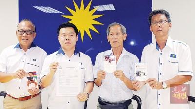 李杜钜(右2起)在刘国南等人陪同下召开记者会。