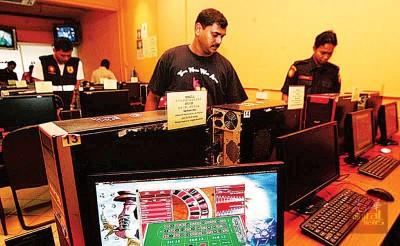 警方连同其他相关单位在过去两个月来全国扫赌,非法赌博中心就越夜越精彩。