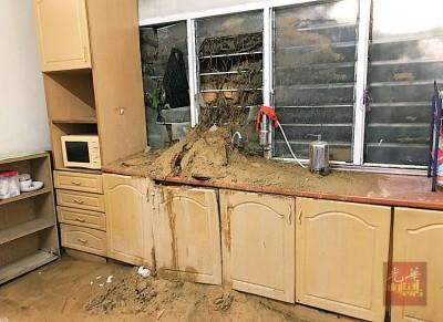 屋子后巷被泥土淹没、山泥冲破厨房玻璃,不知何时才能收拾完毕。
