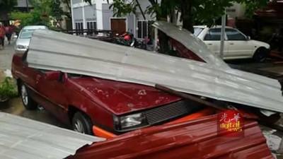 轿车被陆龙卷所吹起的屋顶压坏。(图取自脸书)