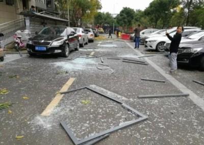 爆炸威力之大,令附近民居的窗户震落地面。(网上图片)