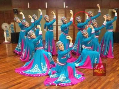 珂晶(后排右3)生前是日新独中舞蹈团的活跃团员,十分热爱跳舞。