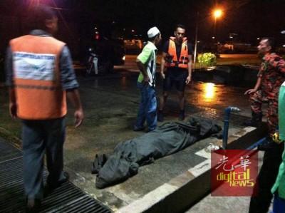 消拯人员把尸体打捞上岸。